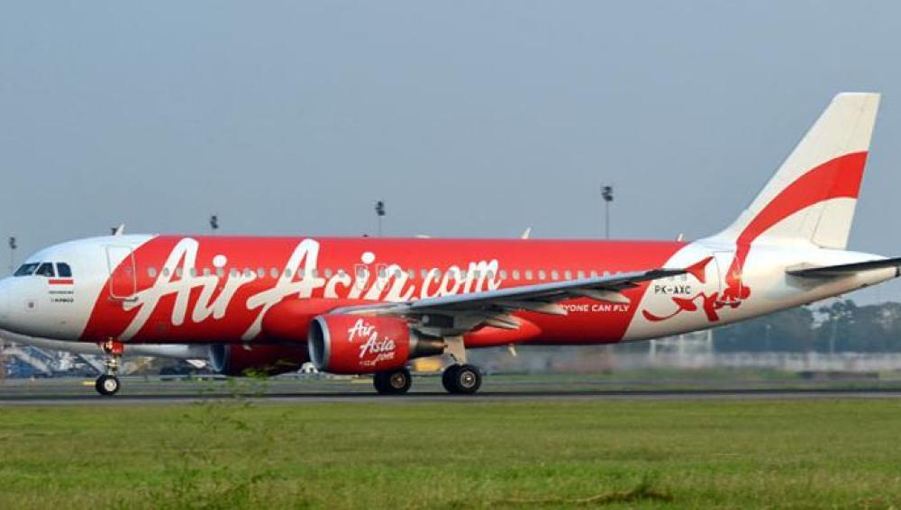 Un avión de Air Asia aterrizando