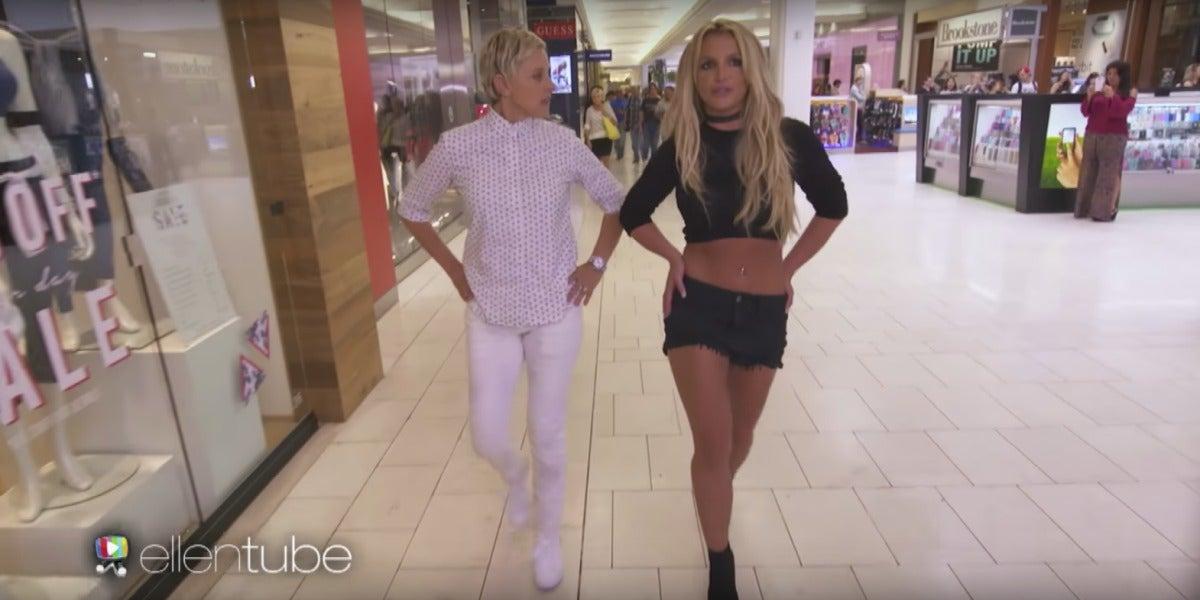 Ellen DeGeneres y Britney Spears paseando por el centro comercial