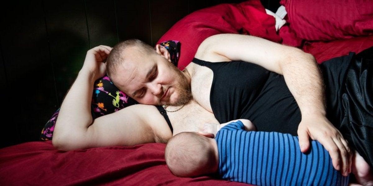 Evan Hempel dándole el pecho a su bebé
