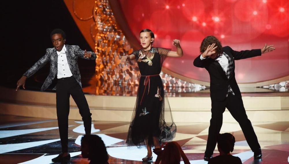 Caleb McLauglin, Millie Bobby Brown y Gaten Matarazzo durante su actuación en los premios Emmy