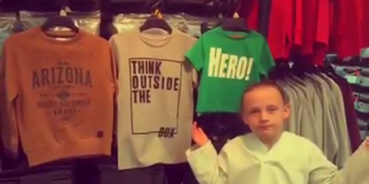 Frame 153.655007 de: Una niña de ocho años se enfada por la diferencia de los mensajes en las camisetas de niños y niñas y su reflexión se hace viral
