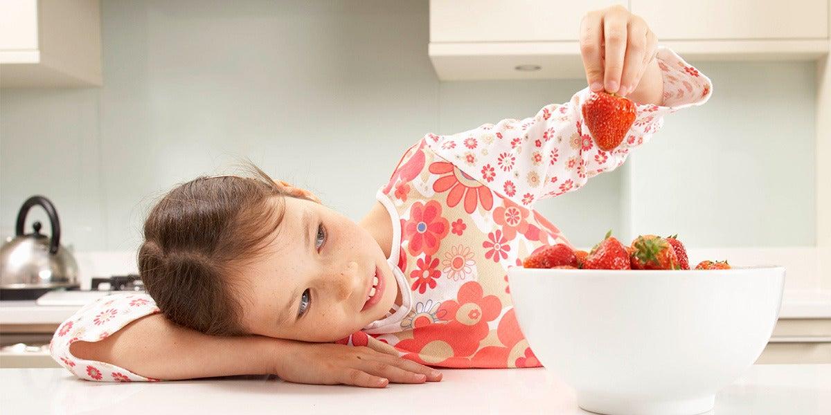 Una niña jugando con la comida