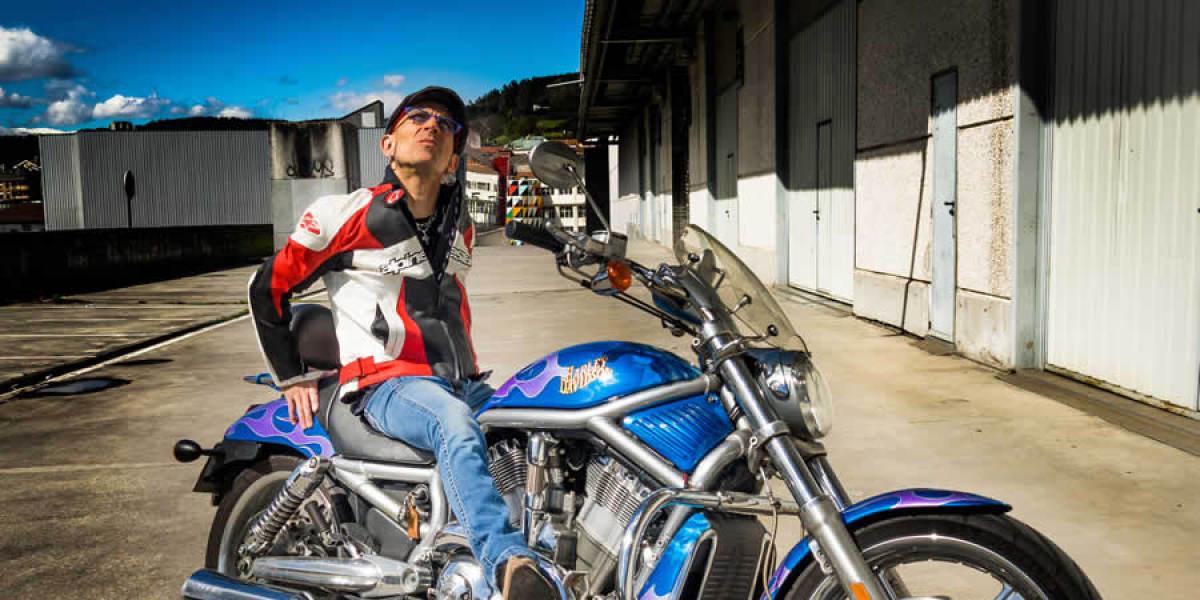 Fito Cabrales con su Harley Davidson