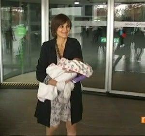Lina, la mujer que ha sido madre de una niña a los 62 años, sale del hospital
