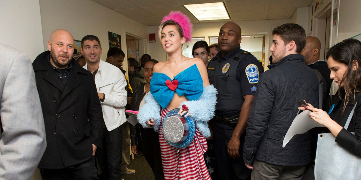 Miley Cyrus vuelve apostar en Ágatha Ruíz de la Prada