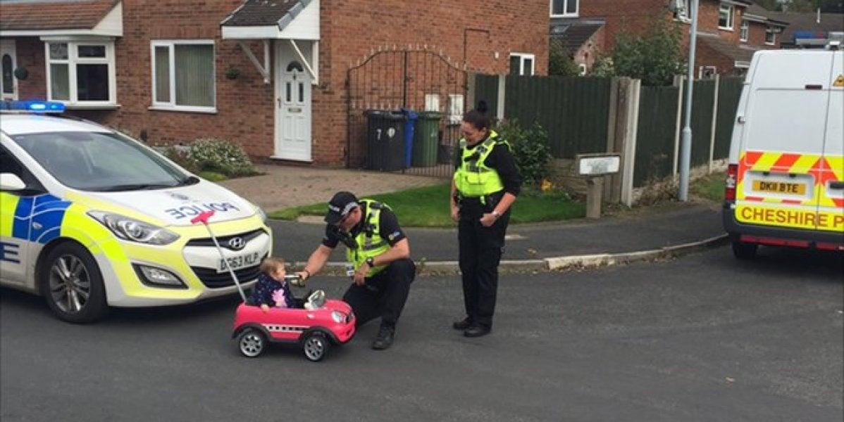 Policía de Chesire junto a la pequeña