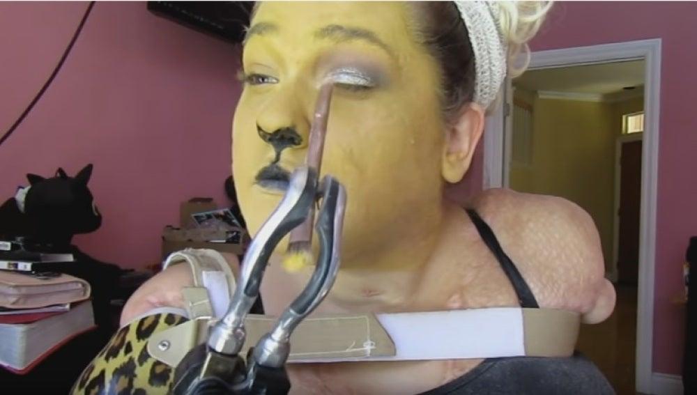 Kaitlyn Dobrow en uno de sus tutoriales de maquillaje