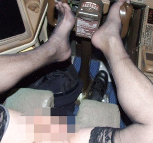 Suspendido por hacerse selfies desnudo en pleno vuelo