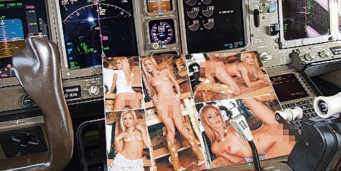 Revistas pornográficas sobre la cabina del avión