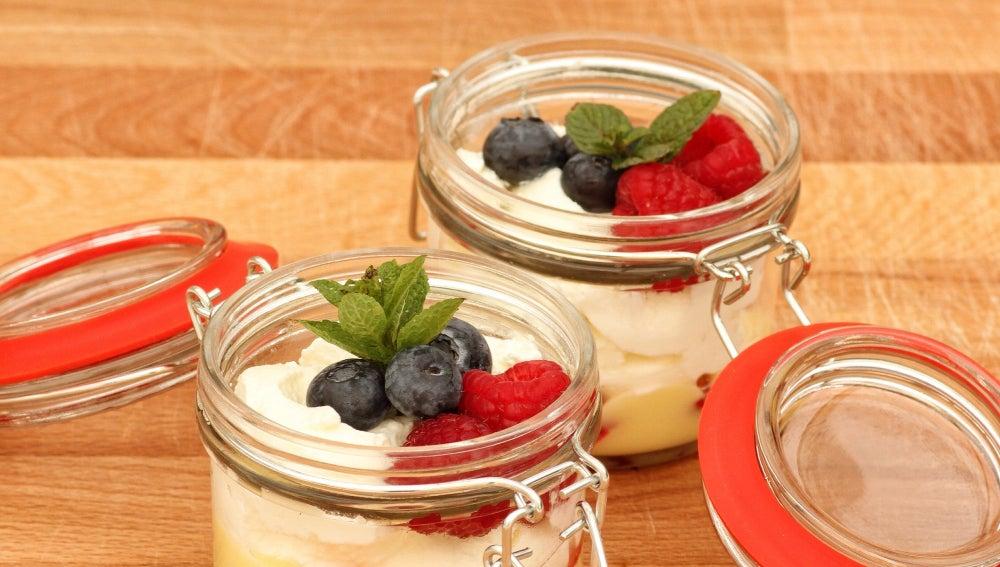 Yogur con frutas rojas y cereales en tarros Jar