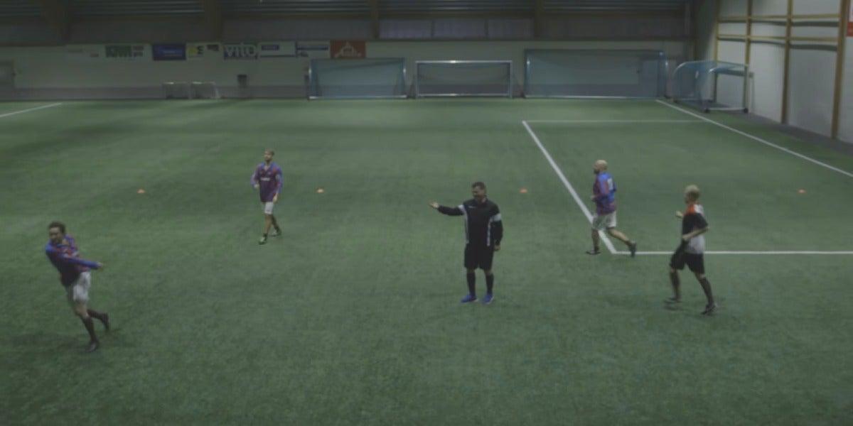 Jugadores saltando al campo