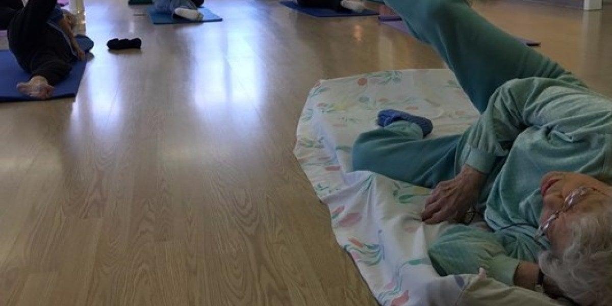 Lil Hansen dando clases de yoga