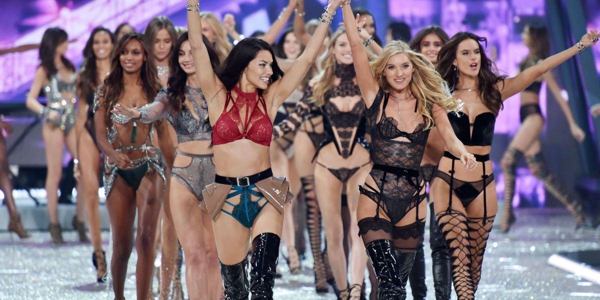 Las modelos desfilando en el Victoria's Secret Fashion Show 2016