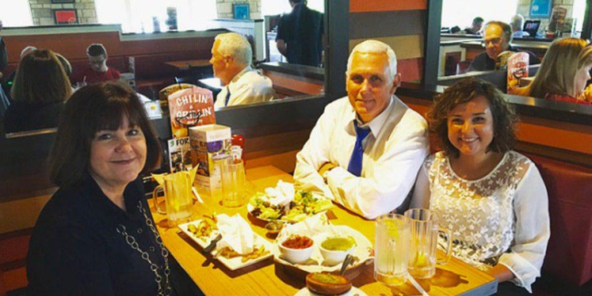 El candidato a vicepresidente republicano Mike Pence junto a su esposa y su hija