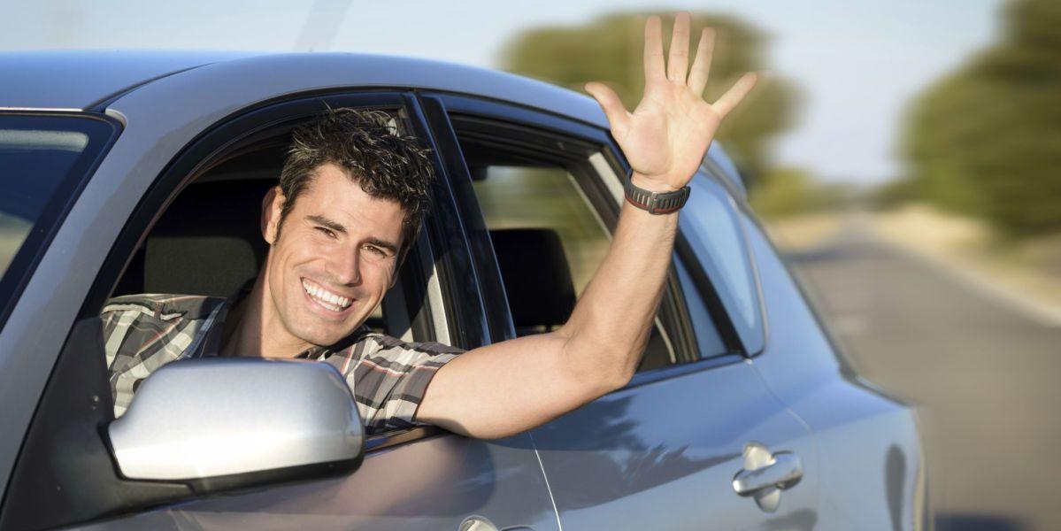 Hombre dentro de un coche