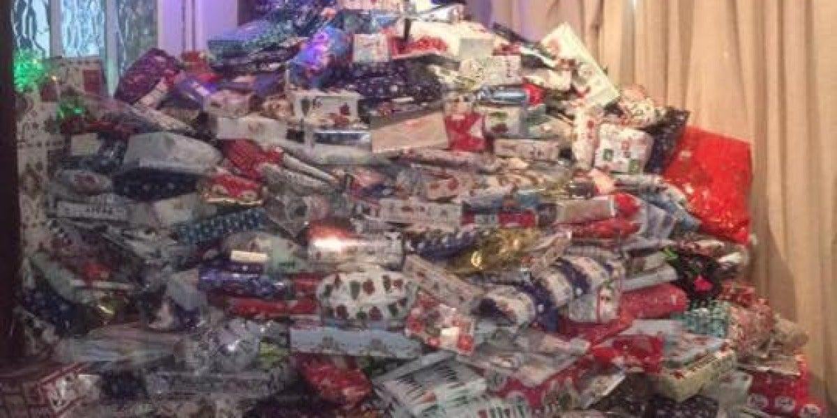 Árbol de Navidad desbordado con casi 300 regalos