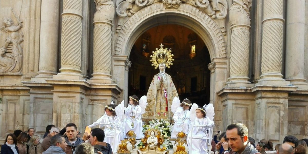 El trono de la Virgen de la Asunción a su salida de la basílica de Santa María.