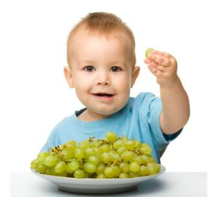 Las uvas enteras pueden provocar atragantamiento en niños
