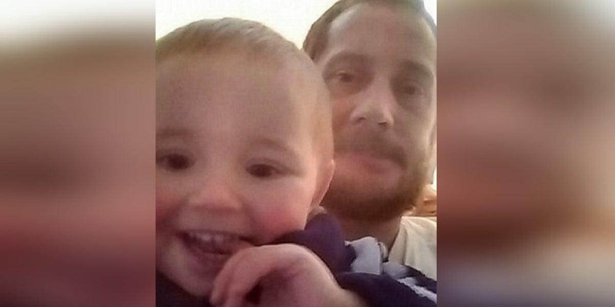 Nick Rose junto a su hijo