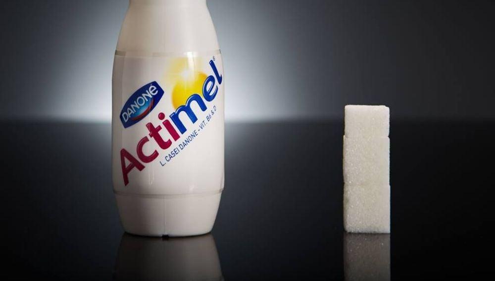 1 botellita de Actimel tiene 11,5g de azúcar, casi 3 terrones.