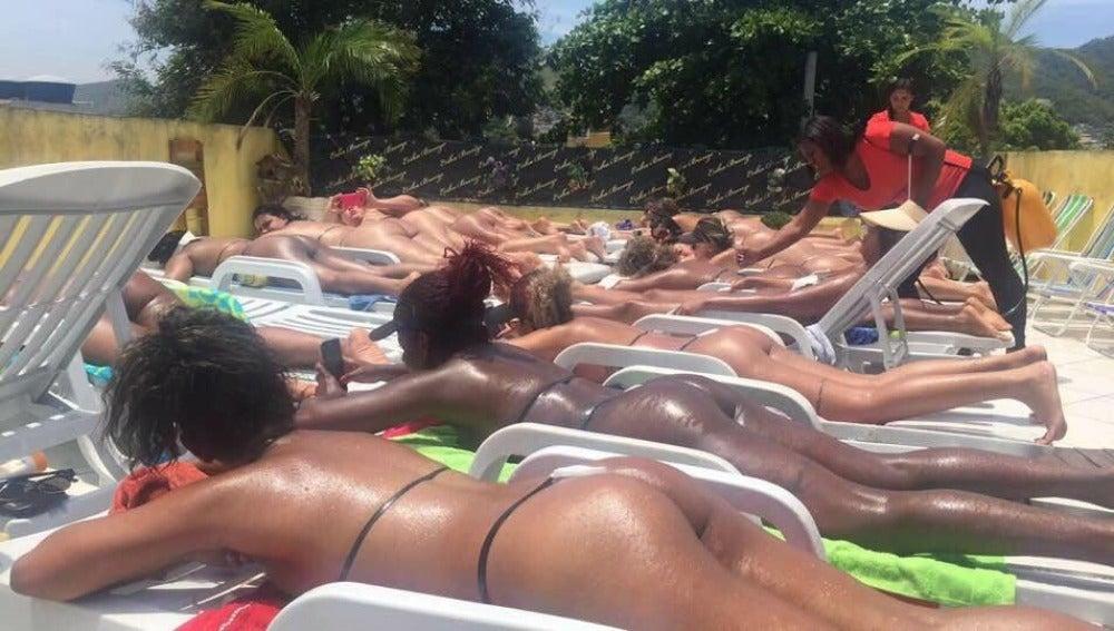 Las clientas tomando el sol con cinta aislante en la terraza de Erika