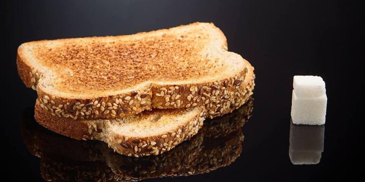 2 tostadas de pan de molde tienen 6gr de azúcar. Un terrón y medio.