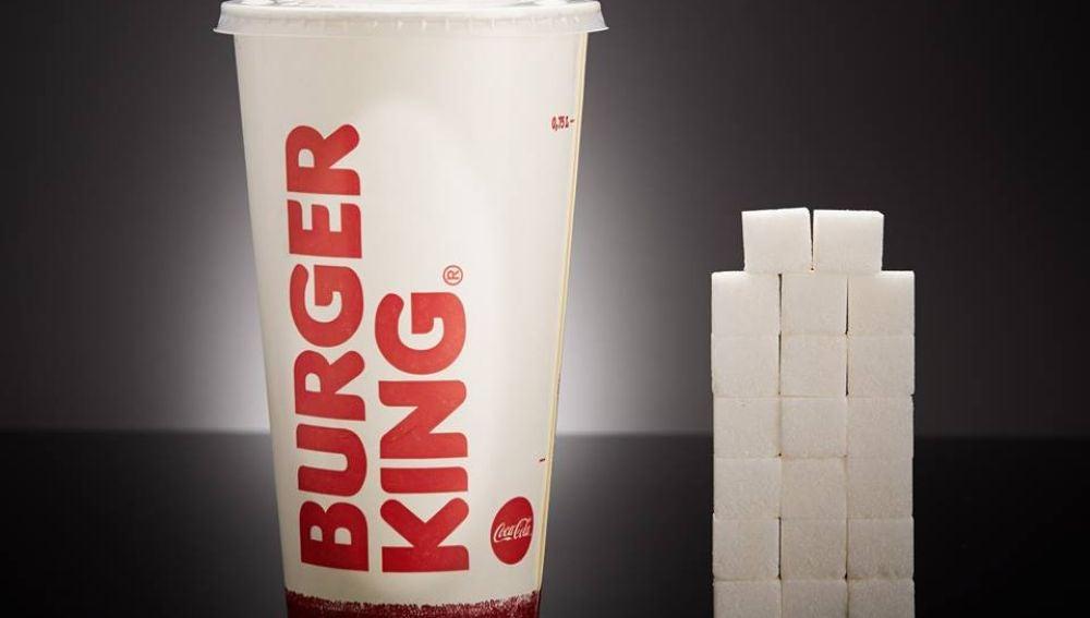 Un vaso de Coca-Cola Gigante del Burguer King (700ml) contiene 79,5g de azúcar, equivalente a 19,8 terrones.