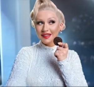 Christina Aguilera vende galletas en Indonesia