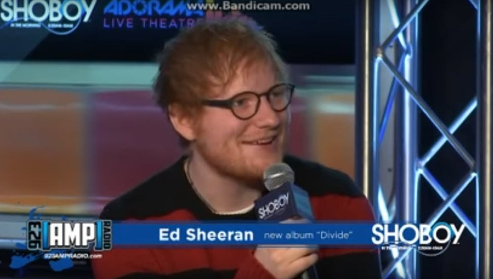 Ed Sheeran canta en una entrevista