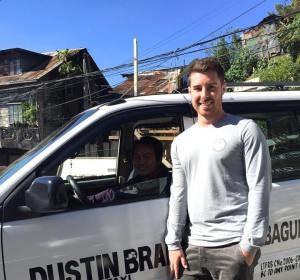 Trent Shields junto al taxista que le devolvió sus pertenencias