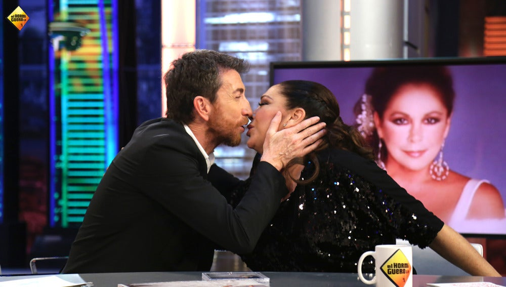 Pablo Motos besa en los labios a Isabel Pantoja