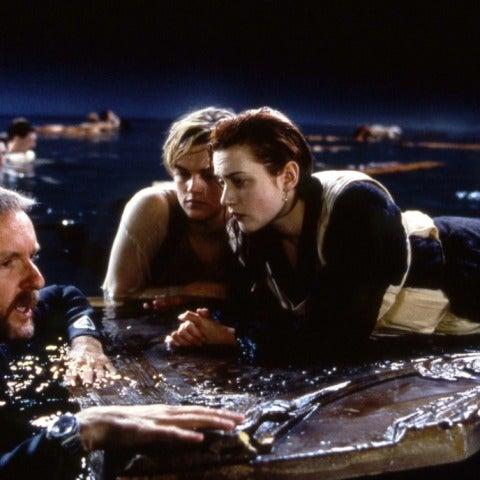 James Cameron con Leonardo DiCaprio y Kate Winslet en 'Titanic'