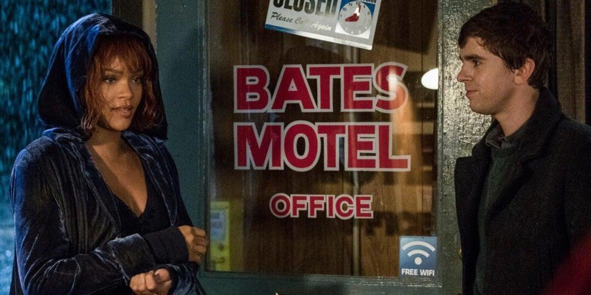 Rihanna interpretando a Marion Crane, la famosa víctima de la película Psicosis, en su adaptación para TV