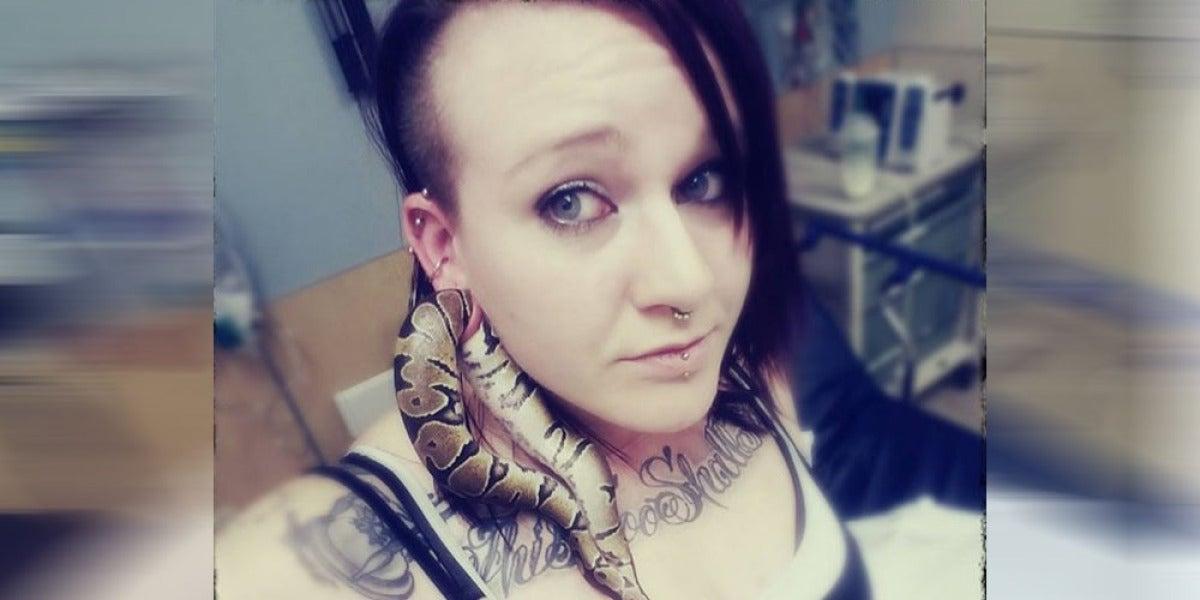 Serpiente atrapada en la oreja de Ashley Glawe
