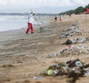Contaminación en una playa de Bali