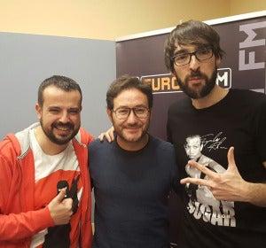 El actor Carlos Santos con Kiko Béjar y Quique Peinado en Europlay