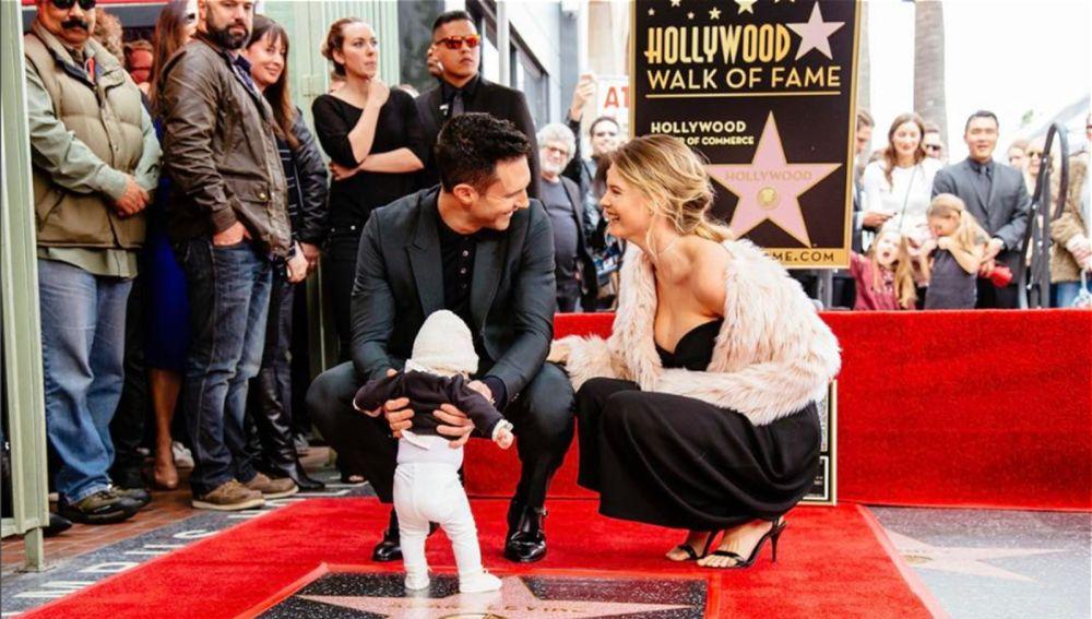 Adam Levine junto a su mujer Behati Prinsloo y su hija destapando la estrella del Paseo de la Fama