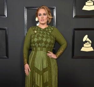 Adele optó por este vestido en verde oliva