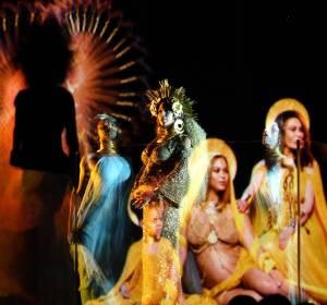 Beyoncé en su actuación en los Grammy