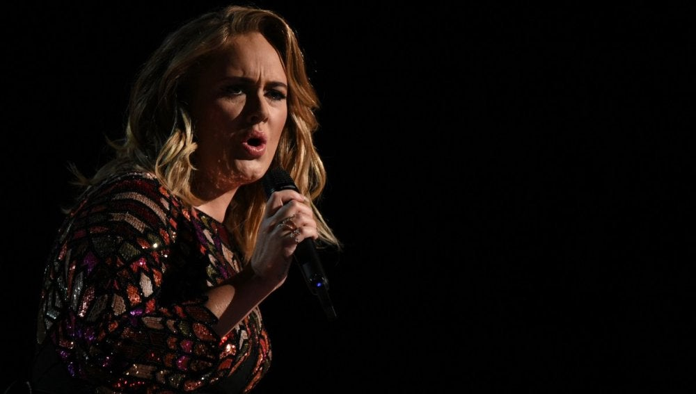 Adele durante su actuación en los Grammy 2017
