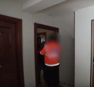 Momento en el que el 'youtuber' expone al repartidor al gas pimienta