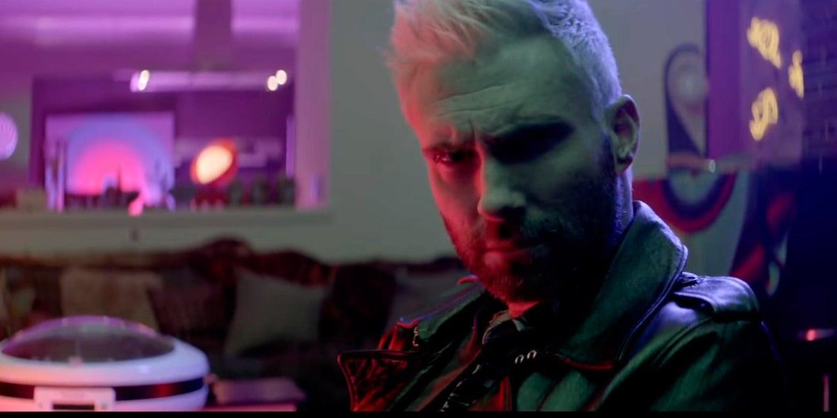 Adam Levine en el vídeo 'Cold' de Maroon 5