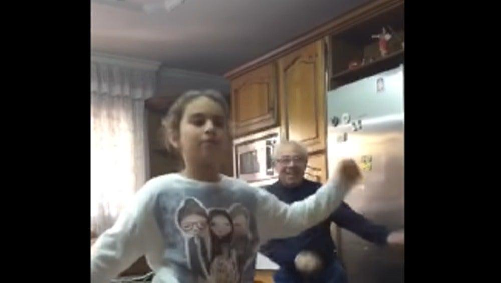 Alexia baila 'Despacito' ajena a que su abuelo le está siguiendo el ritmo a sus espaldas