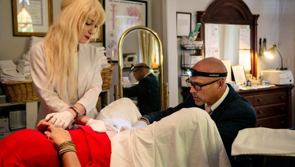 El creador de la inyección, Charles Runels, poniendo el tratamiento a una de sus pacientes.