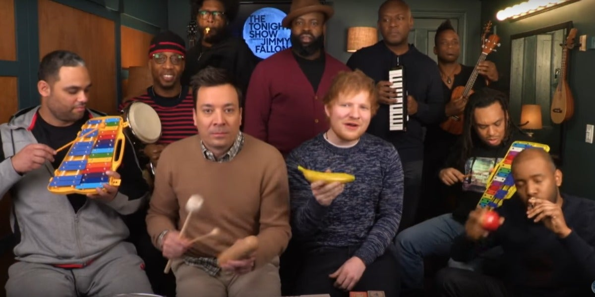 Ed Sheeran con Jimmy Fallon y The Roots