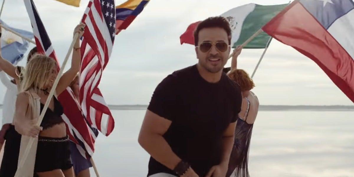 Luis Fonsi en el tema Wave Your Flag