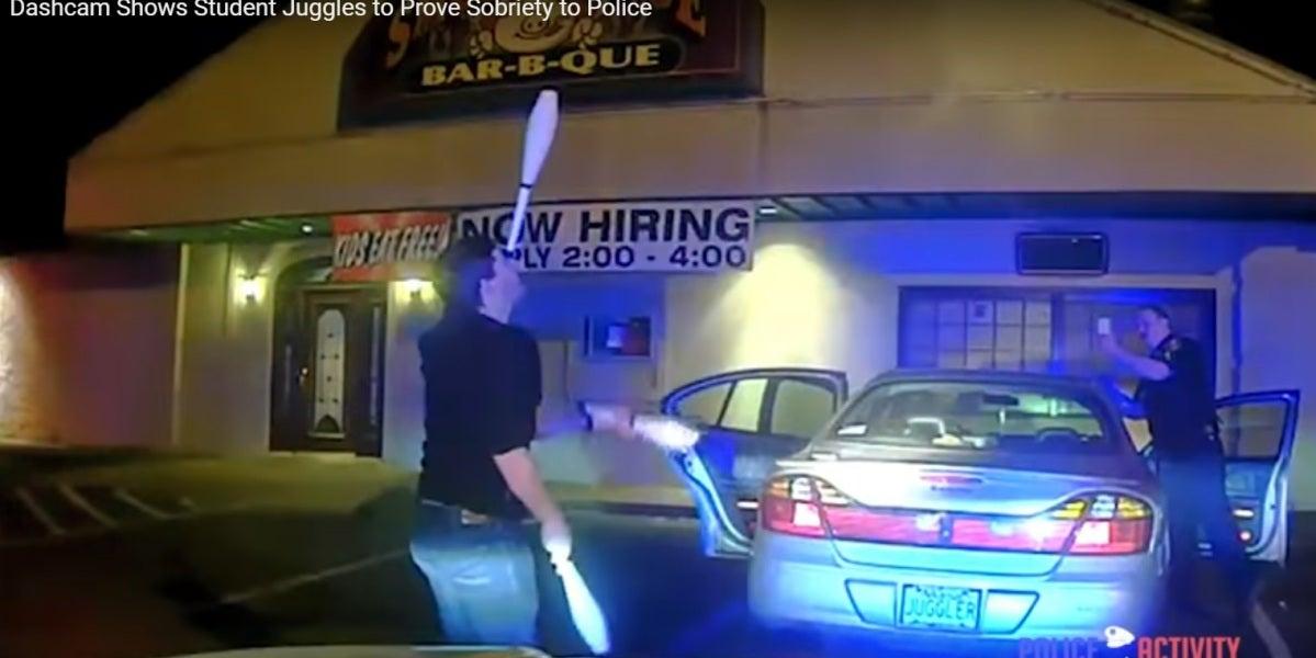 Lo que hace un joven para demostrar que no conduce borracho se vuelve viral