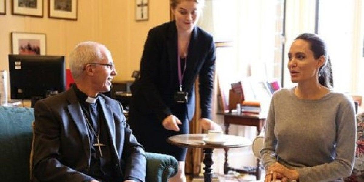 Angelina Jolie, sin sujetador, en una reunión con el arzobispo de Canterbury