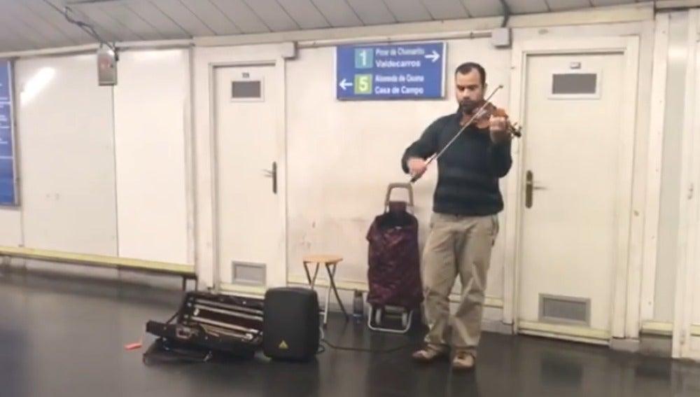 Un músico tocando a violín 'Despacito' en el metro de Madrid