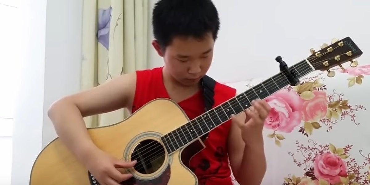 El talento de un niño de 12 años para tocar 'Thunderstruck', de ACDC